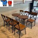 Ghế cafe khung sắt mặt gỗ nâu.